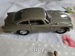 Aston Martin DB5 James Bond 007 mit Sean Connery Figur im Maßstab 118